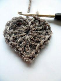 4 ketsusilmukkaa   aloitusrinkulaan.     2 pylvästä.   3 pitkää pylvästä.   2 pylvästä.   1 ketjusilmukka.   1 pitkä pylväs alas...  ... Decoden, Handicraft, Diy And Crafts, Knit Crochet, Upcycle, Craft Projects, Embroidery, Knitting, Handmade