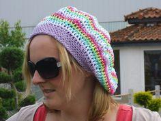 Hier eine gestreifte Baskenmütze in Hippie-Look.