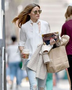 Olivia Palermo in Ripped Jeans Out in New York - April 2017 Olivia Palermo Street Style, Olivia Palermo Outfit, Estilo Olivia Palermo, Olivia Palermo Lookbook, Star Fashion, Look Fashion, Ripped Jeans Style, Business Casual Attire, Professional Dresses