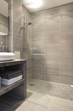 esempio di rivestimento in gres porcellanato formato 30*60 o 20*80 cm alle pareti e mosaico a pavimento formato 5*5 cm
