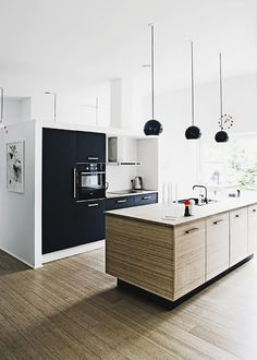 wood + black cabinets, chalkboards, black interiors, cocina, kitchen interior, black white, black kitchens, modern kitchens, white kitchens