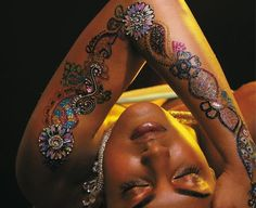 50 Glitter Mehandi Designs Images For Hands and Feet - Stylishwife Glitter Henna, Glam And Glitter, Glitter Tattoos, Mehandi Designs Images, Tattoo Designs, Mehandi Design For Hand, Henna Paint, Temp Tattoo, Body Tattoos