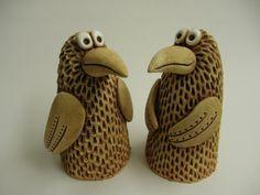 Ptáček střapáček Ze šamotové hlíny, vhodný k celoroční venkovní dekoraci. Výška 13,5 cm. CENA ZA KUS