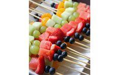 O espetinho de fruta é uma delícia e dá para fazer em casa, mesmo. Se quiser incrementar o doce, derreta um pouco de chocolate ao leite e cubra os espetinhos (Pinterest/ Kaylynn Pate)