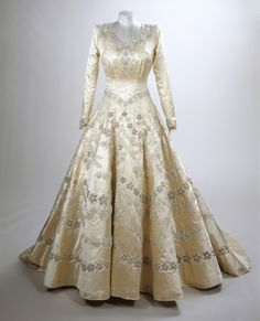 Princess Elizabeth's wedding dress, 1947, Norman Hartnell Images for use only in connection with the exhibition 'Fashioning a Reign: 90 Years of Style from The Queen's Wardrobe' at the Summer Opening of Buckingham Palace, 23 July - 2 October 2016. Images must not be archived or sold-on. Royal Collection Trust / (C) Her Majesty Queen Elizabeth II 2016. Single use only; not to be archived or passed on to third parties.