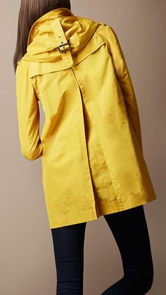 beautiful Burberry yellow trencH
