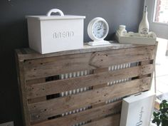 pallet als ombouw ra Pallet Crates, Wood Pallets, Diy Radiator Cover, Palette Deco, Wood Pallet Furniture, Recycled Pallets, Diy Interior, Diy Arts And Crafts, Handmade Wooden
