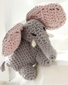 "Dino & DROPS Children - Crochet DROPS small dinosaur in ""Safran"" and large dinosaur in ""Paris"". - Free pattern by DROPS Design Crochet Motifs, Crochet Quilt, Crochet Cross, Cute Crochet, Crochet For Kids, Crochet Yarn, Drops Design, Knitting Patterns Free, Crochet Patterns"