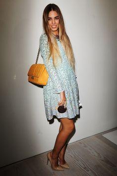 Amber Le Bon. La nueva musa de Desigual con un vestido tornasolado, bolso guateado y pumps nude.