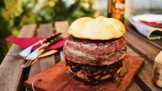 Pályafutásunk során készítettünk pár sokkolóan brutális hamburgert, de most elhatároztuk, hogy minden eddigi ámokfutásunkat felülmúljuk. Félrevonultunk 3 napra egy csendes, hegyi faluba, hogy semmi ne zavarjon minket a koncentrálásban és minden energiánkkal arra tudjunk összpontosítani, hogy megalkossunk egy olyan burgert, amely minden elemében a brutális szóval jellemezhető. Így szültetett meg a sörösdobozzal megformázott, gombás raguval és sajttal megtöltött húspogácsa, amit baconbe…