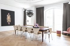Large dining table from Andersen Furniture with iconic Arne Jacobsen dining chairs. Dining Area, Dining Chairs, Dining Table, Dining Rooms, Elegant Living Room, Arne Jacobsen, Modern Kitchen Design, Fritz Hansen, Layout