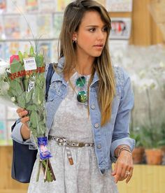 660150ad0d8 Jessica Alba Photos - Jessica Alba and daughter Honor shop for flowers at  the Trader Joe s market in Westwood