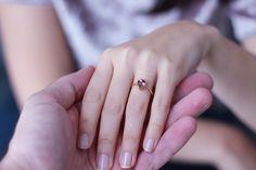 Pembe Turmalin taşlı evlilik teklifi yüzüğü. Turmalin tektaş yüzük. Zarif, sade ve farklı. Alternatif evlilik teklifi yüzüğü. Tourmaline Engagement Ring.