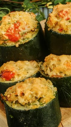 Baked zucchini stuffed with onion, carrots and cheesy bulgur makes for an easy and flavorful vegetarian dish. Baked zucchini stuffed with onion, carrots and cheesy bulgur makes for an easy and flavorful vegetarian dish. Vegetarian Dishes Healthy, Clean Eating Vegetarian, High Protein Vegetarian Recipes, Vegetarian Breakfast Recipes, Vegetarian Stuffed Zucchini, Healthy Recipes, Bake Zucchini, Food Videos, Menu