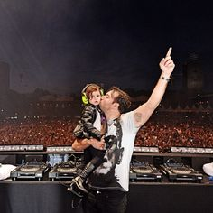 Sebastian Ingrosso and his daughter. This is adorableeeee.
