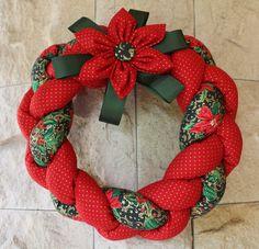 Vánoční+věnec+Textilní+věnec,+plněný+dutým+vláknem.+Velikost+věnce+cca+26cm.+Barevné+ladění+věnce+je+tradičně+vánoční+-+červená,+zelená,+zlatá.+Doplněné+o+stuhu+v+tmavě+zelené+barvě.+Dokonale+se+hodí+na+Vaše+vchodové+dveře,+či+stůl...
