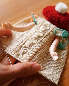 Trying to make some prototypes for a reason. ワケあって、今頃?今から?試作ニット編んでます。面倒くさて避けとったアラン模様、とりあえずブライス用にザクッとしたんを…ん?意外に可愛いかも⁉️✨ #miniature #ochibitsdollclothes #ミニチュア #オチビッツのお人形服 #knitting #dollclothes #topdownknitting #blythedoll #dollknits #ブライス