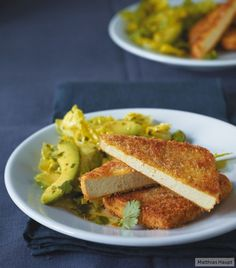 Unter dem Knuspermantel sorgt Curry für das gewisse Etwas. So ein vegetarisches Schnitzel macht so einiges her.