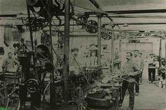 0212451 Coll. Warnar: Torenuurwerkenfabriek Eijsbouts. Wie kent de namen van het personeel en weet wat ze doen?