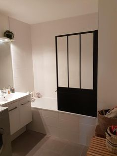 Avis sur la photo 1 Loft, Bathrooms, Bathtub, New Homes, Architecture, Bathtub Shower Doors, Toilettes Deco, Blackout Shades, Vertical Storage