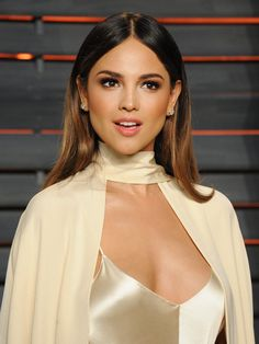 Mexico City-born singer and actress Eiza Gonzalez took a fashion risk at the Vanity Fair Oscars party — and it paid off.