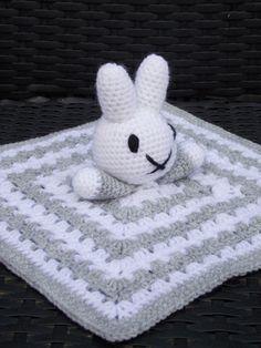 Nijntje knuffeldoekje (met gratis patroon) / (Nijntje) Miffy cuddle blanket…