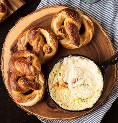 Νόστιμη και εύκολη συνταγή για λαχταριστά και αφράτα pretzel από τον Κυριάκο Μελά!