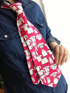 10月は衣替えの時期ですね♪ こちらはネクタイの柄に洋服の柄がプリントしてあります☆ ネクタイも衣替えなんていかがでしょうか? アパレル関係のお仕事の方にもぜひ着けていただきたいな~(^0^)♡