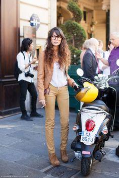 Tudo justo ao corpo, básico e urbano. (Moto, cabelão e óculos me influenciaram nesse pin).