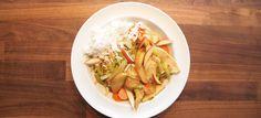 Sprød kyllingewok med æble, ingefær, løg, porre, gulerødder, chili, spidskål, sojasauce og oystersauce af Claus Holm. Klik her og se opskriften