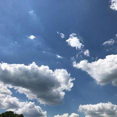 Wolken blauer Himmel und ein erholsamer Samstag