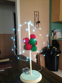 Atom model: just with styrofoam balls, paint, dowel, a base and lights! I love my hot glue! Make sure to help your kids use it. Chemistry Projects, School Science Projects, Projects For Kids, Science Fair, Science Experiments, Carbon Atom Model, Project Based Learning, Kids Learning, Atom Model Project