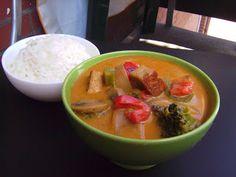 mildes Thai-Curry mit gebratenem Tofu, Gemüse, Kokosmilch und Reis - vegane Rezepte auf Laubfresser