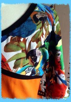 Nærbilde av FUS-kjole med papegøyer