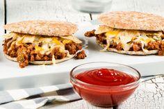 Les bons vieux sandwichs Sloppy Joe dépannent merveilleusement bien... mais pourquoi ne pas les réinventer? Avec du bœuf haché, de la sauce de type ketchup HEINZ Jalapeño et du fromage fondu pour couronner le tout, ces sandwichs promettent des repas familiaux super sympathiques les soirs de semaine.