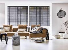 Horizontale jaloezieën met zwart ladderband van BECE raamdecoratie