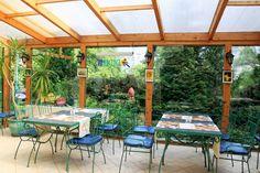 Zielone patio z kominkiem - tutaj podajemy śniadania.