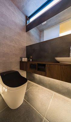【トイレ】 ダークトーンに木目のアクセントを効かせたモダンで落ち着く雰囲気。 Modern Toilet, Hotel Room Design, Toilet Design, Bathroom Toilets, Contemporary Architecture, Interior Design Kitchen, Powder Room, Japanese House, Home Projects