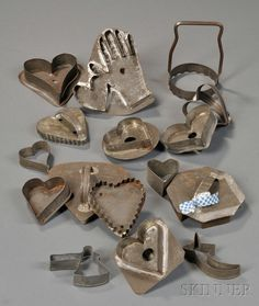 AMERICAN FURNITURE & DECORATIVE ARTS - SALE 2608M - LOT 1144 - SIXTEEN MOSTLY HEART-SHAPED TIN COOKIE CUTTERS, AMERICA, LATE 19TH/EARLY 20TH CENTURY, TEN HEART-SHAPED, ONE HEART-AND-HAND MOTIF : Hearts
