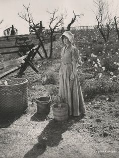 Set still of Vivien Leigh in the cotton field scene.