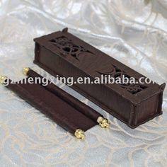 Tarjeta de invitación con una hermosa caja de madera y tarjeta de desplazamiento en el interior - wn048