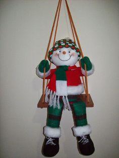 Muñeco de nieve en el columpio. Christmas Wreaths, Christmas Decorations, Christmas Ornaments, Holiday Decor, Elf, Dolls, Crochet, Handmade, Ideas Para