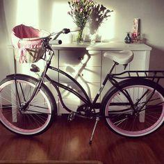Buenos días a todos  BICI DE PASEO POINT LOMA solo en nuestra tienda #FavoriteBike Bici de paseo para mujer en color negro. Los accesorios presentados en la foto están incluidos en el precio (cesta, protección para sillín y los puños). Ruedas 26″