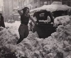 A woman finding her car partially buried in the snow in Portland Oregon (1937) http://ift.tt/2F2tW8o