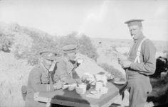 Gelibolu'daki bir bardak çay keyfi Kraliyet Donanma Bölümü Memurları.