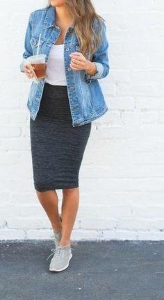 Tenue: Veste en jean bleue, Débardeur blanc, Jupe crayon grise foncée, Chaussures de sport grises