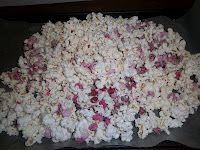 easy valentines day popcorn: drizzle red/pink melted chocolate over popped corn.let dry 30 min or so. Mix in red and pink m's and (optional) holiday colored sprinkles Inexpensive Healthy Meals, Love Holidays, Random Holidays, Holiday Fun, Holiday Crafts, Holiday Recipes, Holiday Ideas, Valentines Day Treats, Valentine Ideas