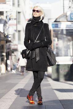 東京 Roppongi, TOKYO. Kersti Pedanik, model. Catherine Malandrino scarf, Alice & Olivia trousers, Zinda shoes, vintage sunglasses and bag.