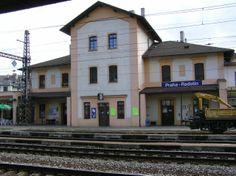 Había la estación de trenes. Vijajaba por tren cada día a la escuela.
