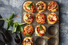 Quick and easy pizza muffins. These quick and easy pizza muffins can be made with a variety of toppings - so there& something everyone will love! Just Pies, Savory Muffins, Savoury Pies, Savoury Baking, Brunch, Chicken Meatballs, Perfect Breakfast, Fajitas, Food Hacks